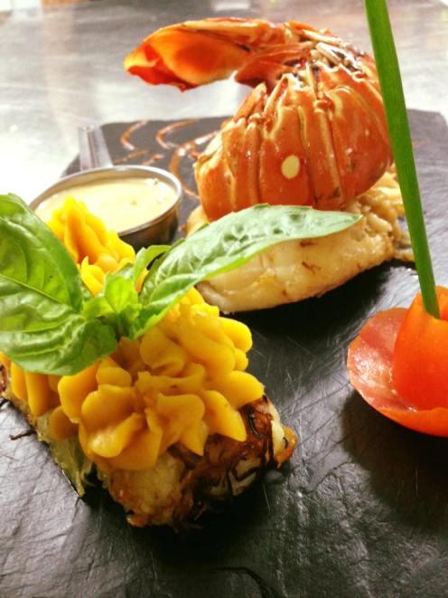 bûche de papaye verte, crème de palourdes au cognac, langouste poêlée au beurre (Photo Facebook: Au Widdy's)