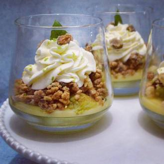 Kosmic Green Mojito: créme citron vert, compotée ananas basilic, biscuit pistache, croustilant rhum vieux