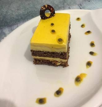 Montplaisir: mousse passion, biscuit chocolat, pranliné croustillant