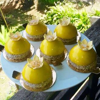Exotique : bavaroise vanill, insert crémeux exotique sur sablé breton au coco